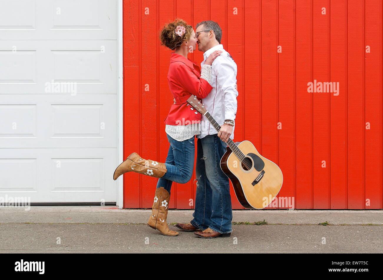 Couple debout dans la rue s'embrasser Photo Stock