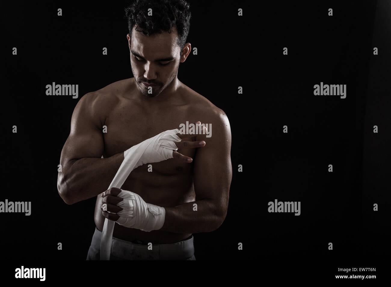 Se préparer pour l'homme pratique la boxe Photo Stock
