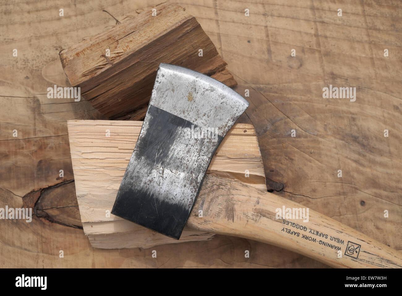 Petite hache pour fendre le bois de broyage sciage UK Photo Stock