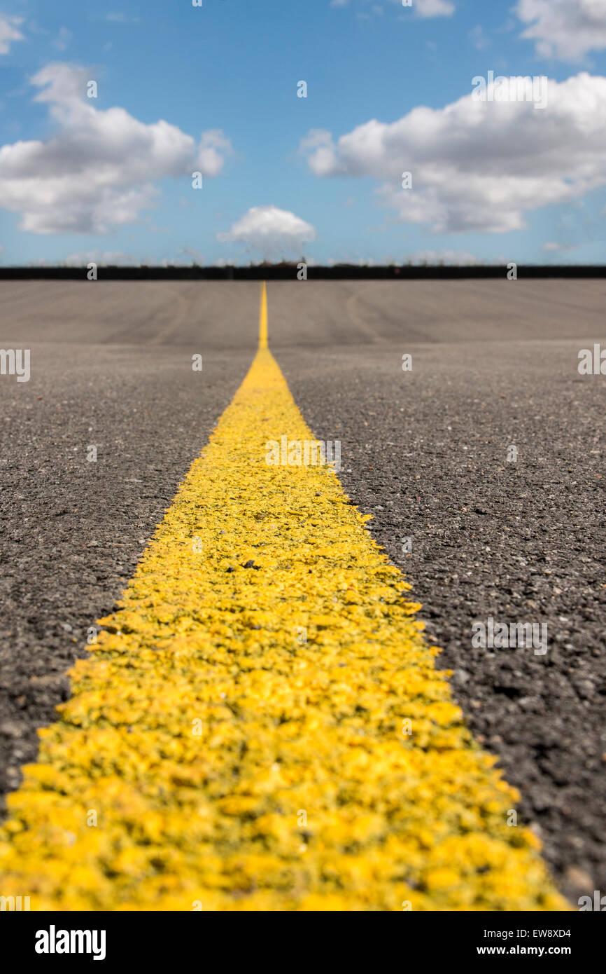 Voir l'horizon de la texture de la route avec une bande jaune. Photo Stock
