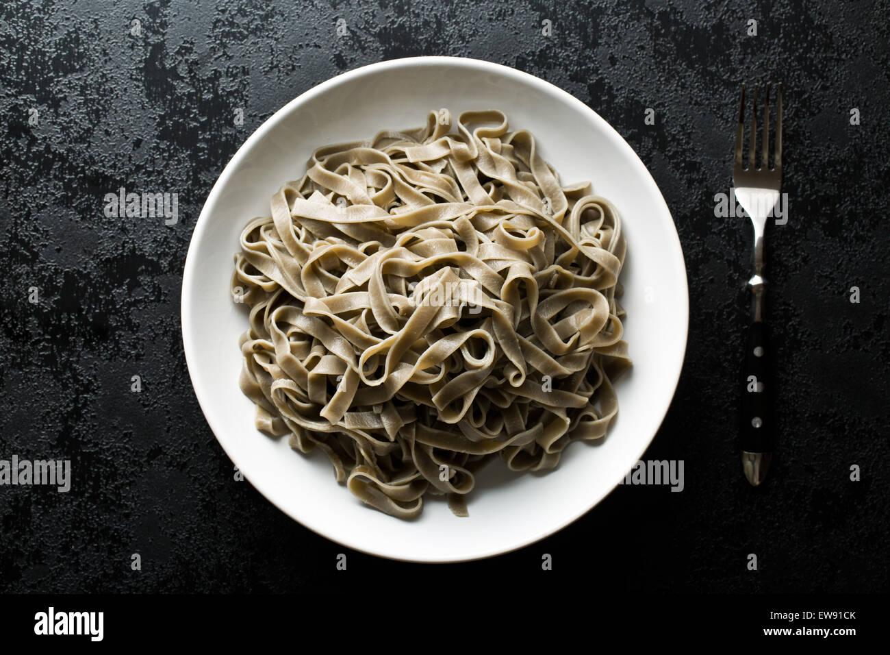 Tagliatelles noires cuites sur la plaque Photo Stock
