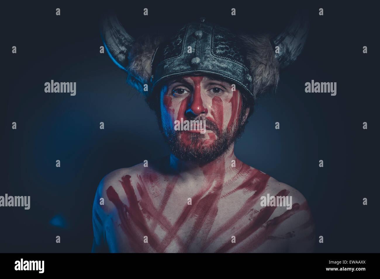 Guerrier Viking Avec Un Casque à Cornes Et Peinture De Guerre Sur