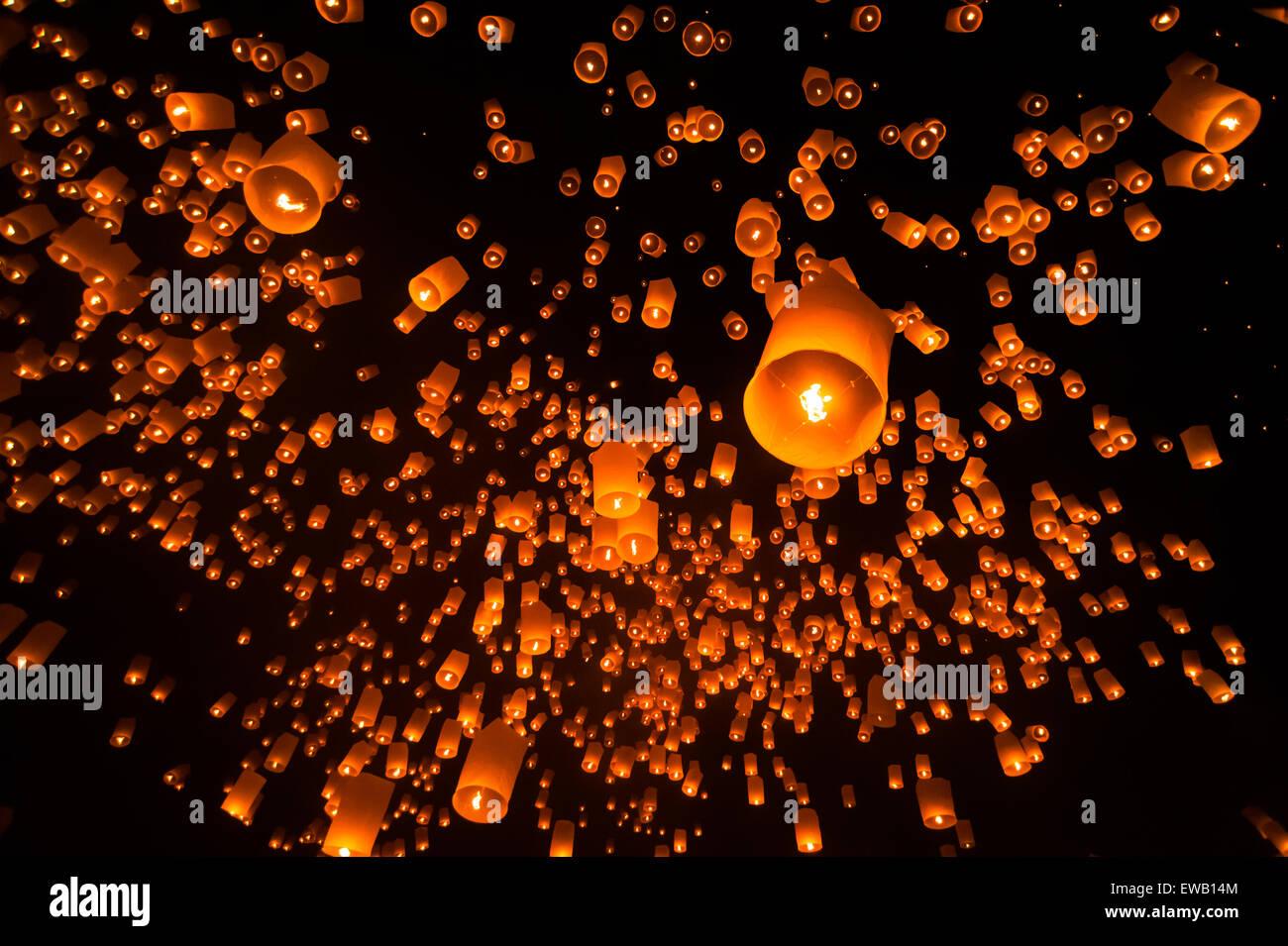 Lanterne flottante dans Yee Peng festival (Loy Krathong), bouddhiste lanternes flottantes au Bouddha dans le district Banque D'Images