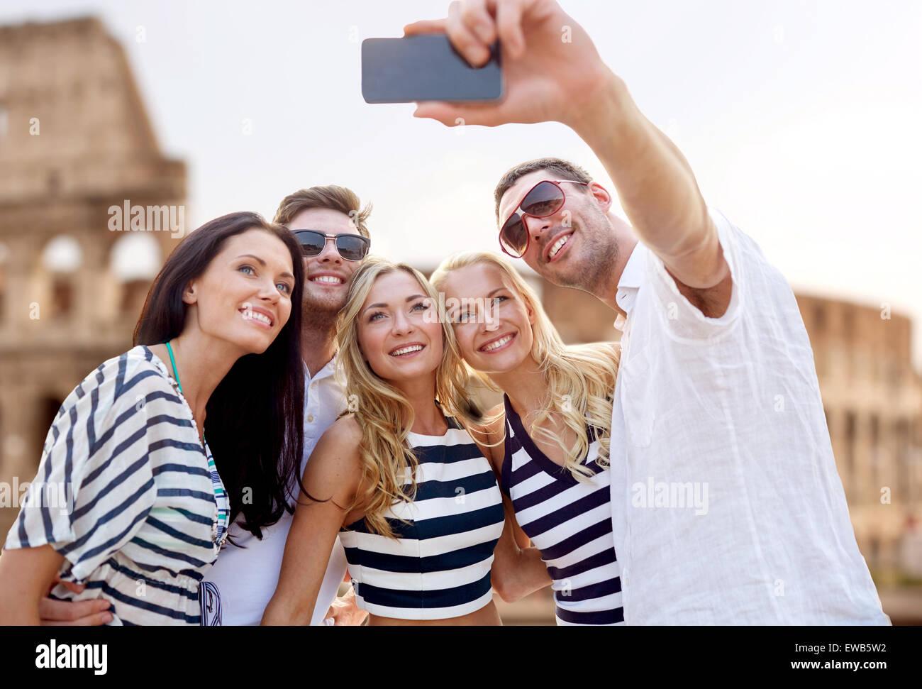 Les amis de prendre avec le smartphone selfies Photo Stock