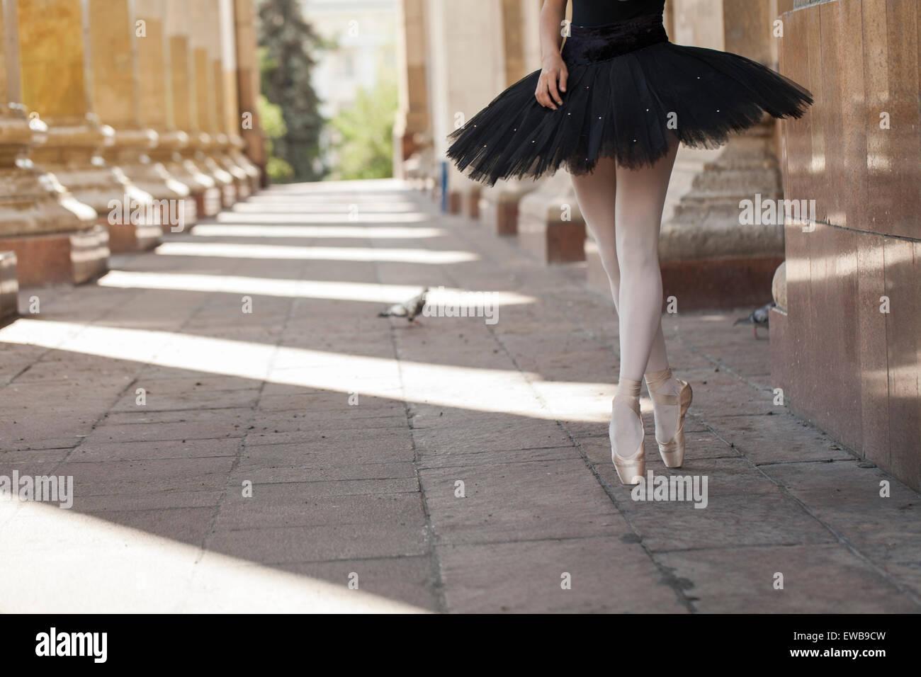 Ballerine fille appartements debout sur la pointe des pieds Photo Stock