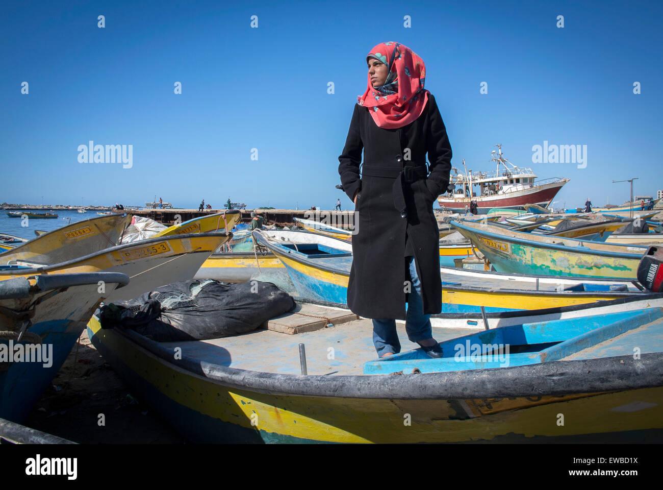 Les bandes de Gaza pêcheuse seulement 21 ans de Madeline Kollab se tient sur son bateau de pêche endommagés Photo Stock