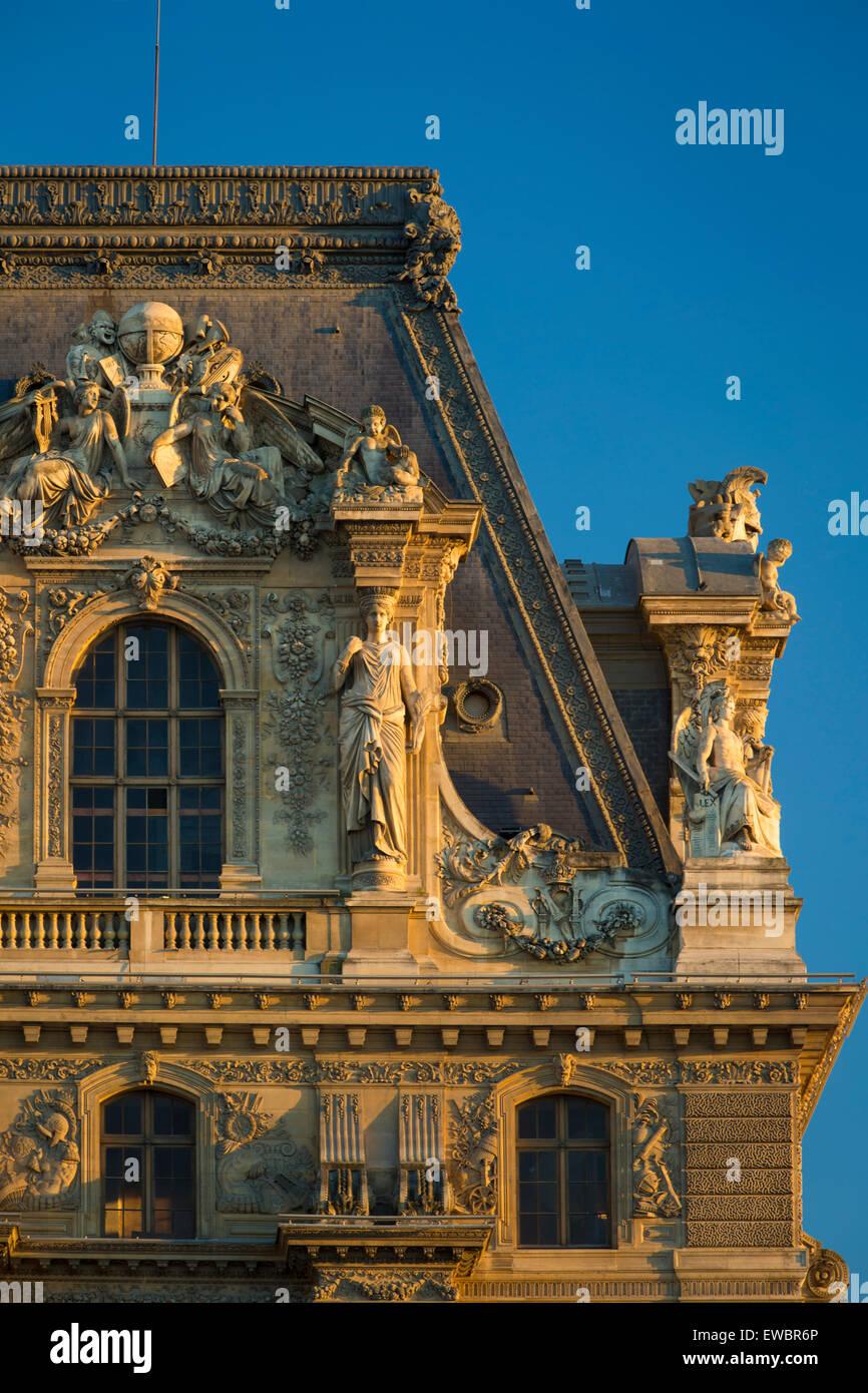 La lumière du soleil du soir sur les détails architecturaux au Musée du Louvre, Paris, France Photo Stock