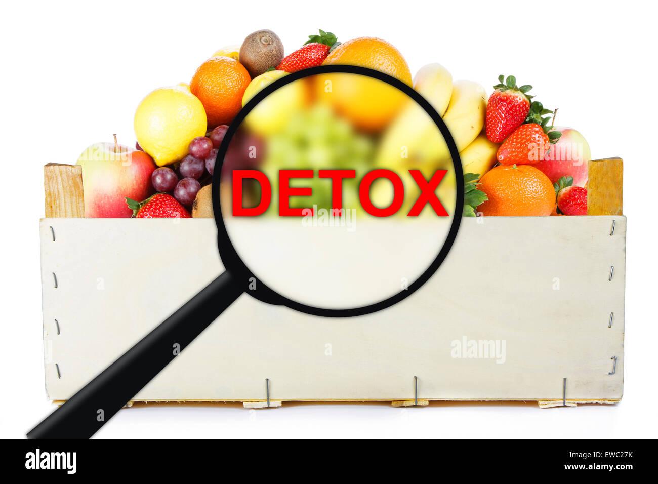 Detox. Les fruits en boîte en bois. Photo Stock