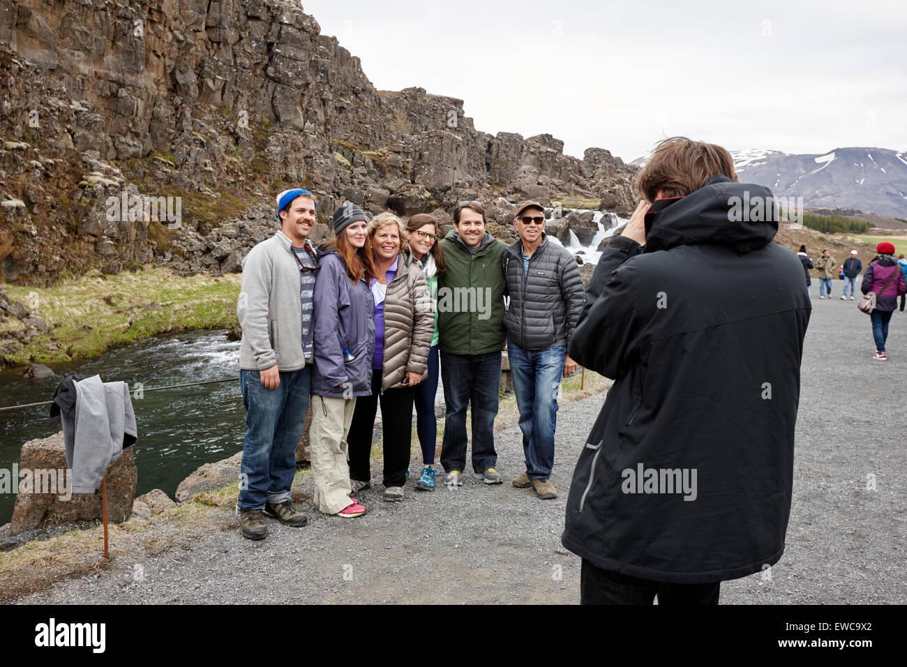 Des touristes posent pour une photo en ligne de faille Almannagja dans la dorsale médio-atlantique plaque nord Photo Stock