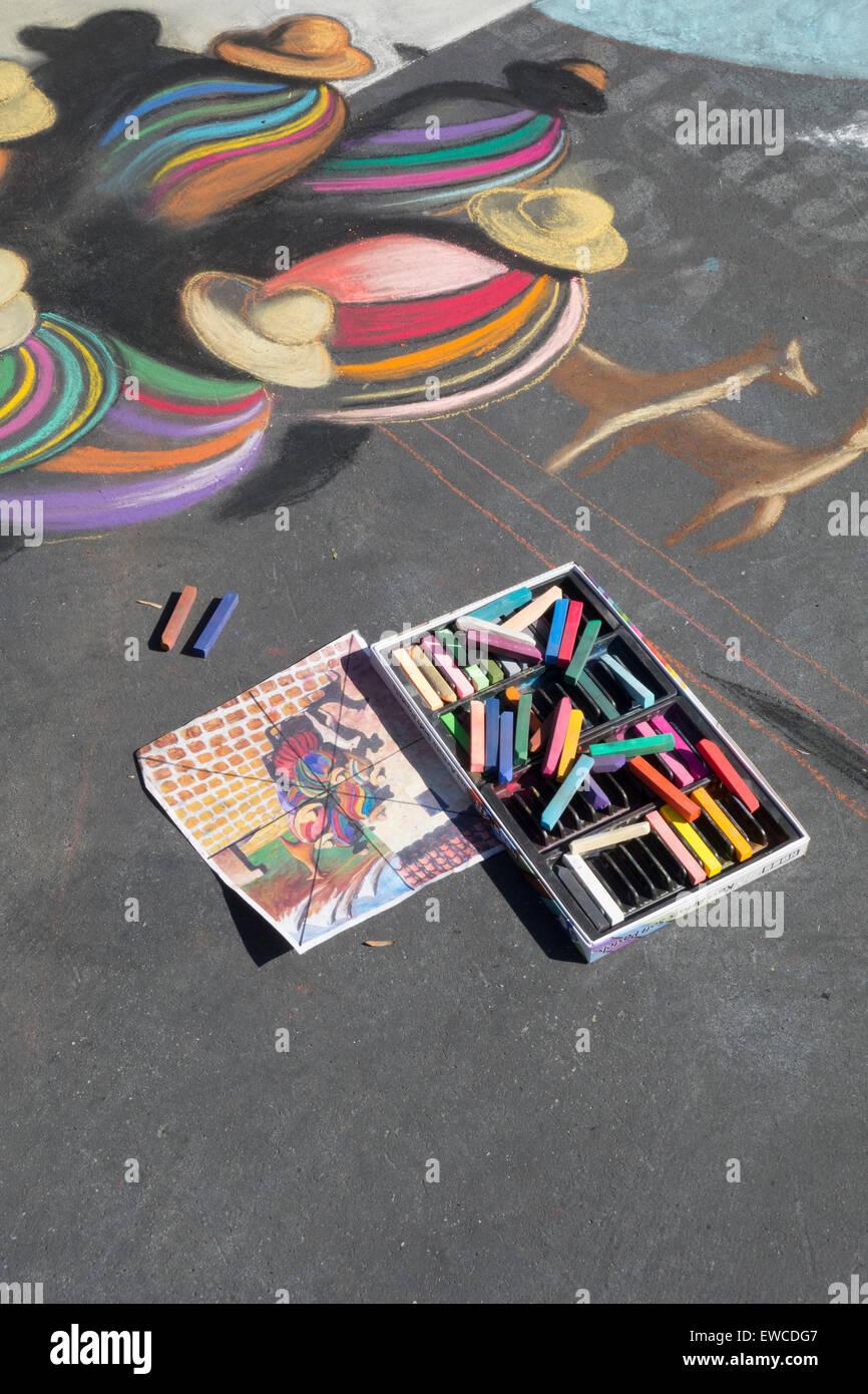 Peinture à la craie sur trottoir à JE Madonnari Festival en face de la vieille ville historique de Mission Photo Stock