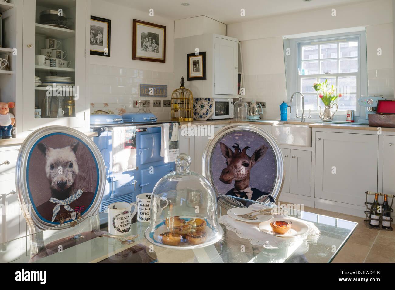 Chaise de salle à manger Meubles dans Visitorian Cory imprime autour d'une table à manger en verre Photo Stock