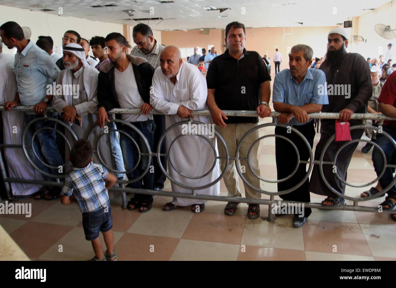 rafah bande de gaza territoire palestinien 24 juin 2015 permis de voyage pour attendre les. Black Bedroom Furniture Sets. Home Design Ideas