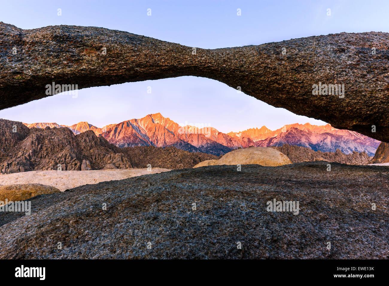 Lever du soleil à Lathe Arch dans les Alabama Hills avec la vue sur la Sierra Nevada, en Californie, USA. Photo Stock