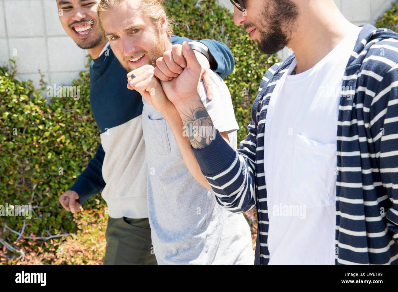 Trois jeunes hommes marchant le long d'un sentier Banque D'Images