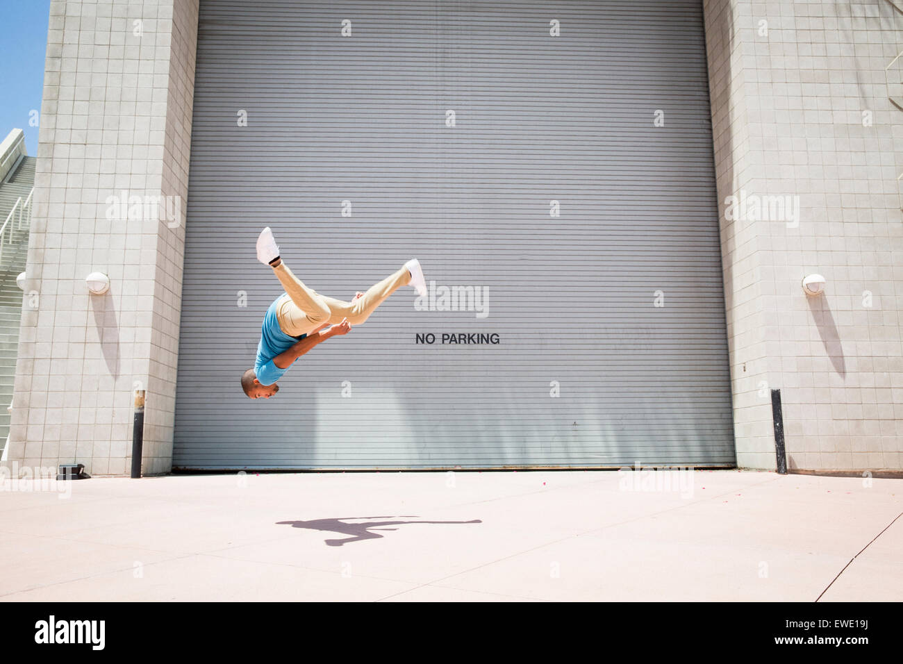 Jeune homme somersaulting sur parcours rue parkour free running Photo Stock