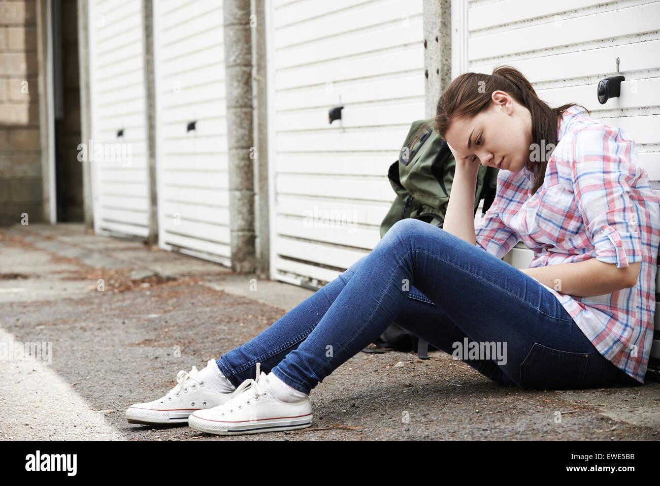 Adolescente sans-abri dans les rues avec sac à dos Photo Stock