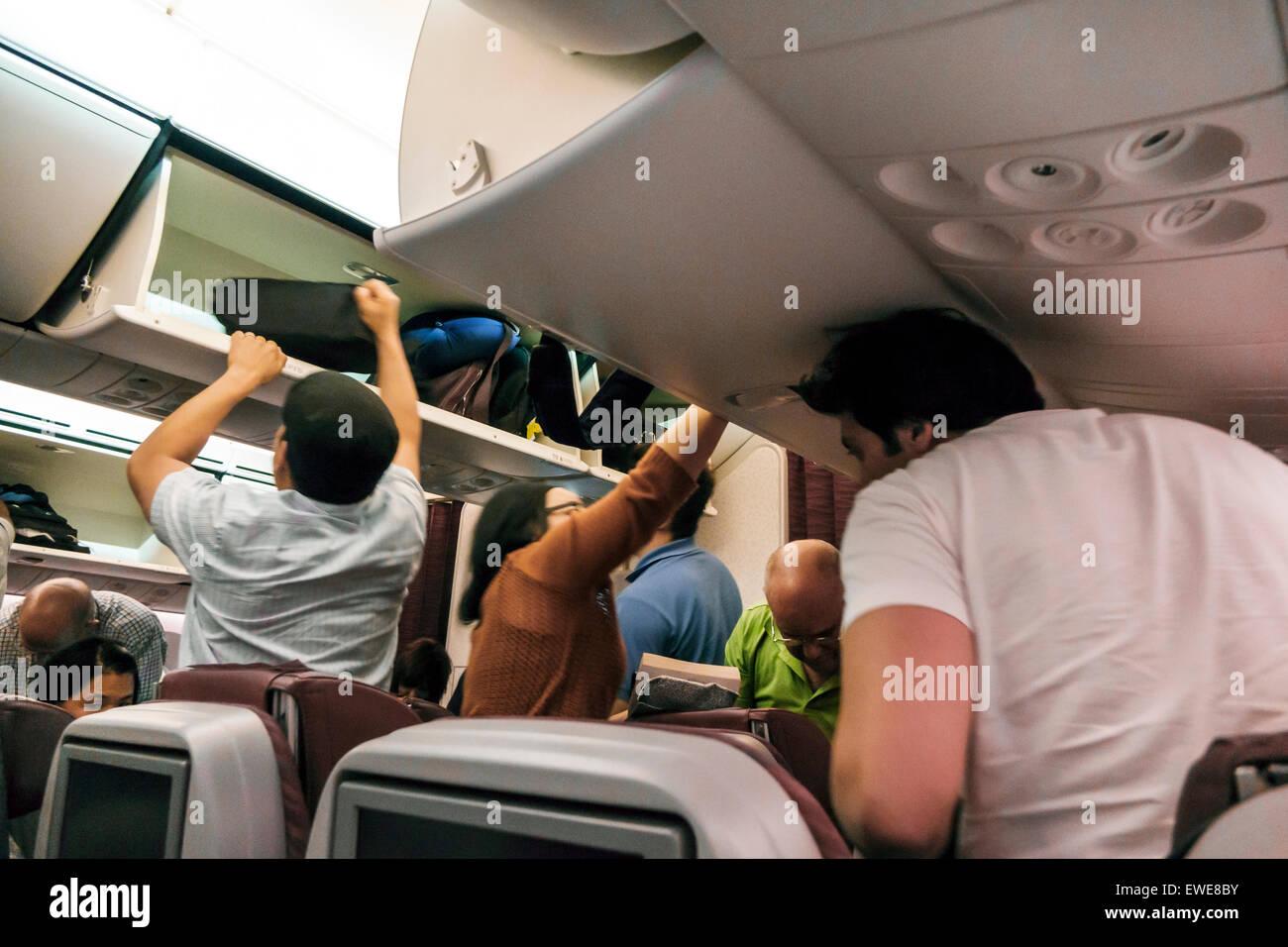 Qatar, Doha, Moyen-Orient, est, aéroport international de Hamad, DOH, Qatar Airways, vol d'arrivée, à bord, intérieur, cabine, descendre, débarquer Banque D'Images