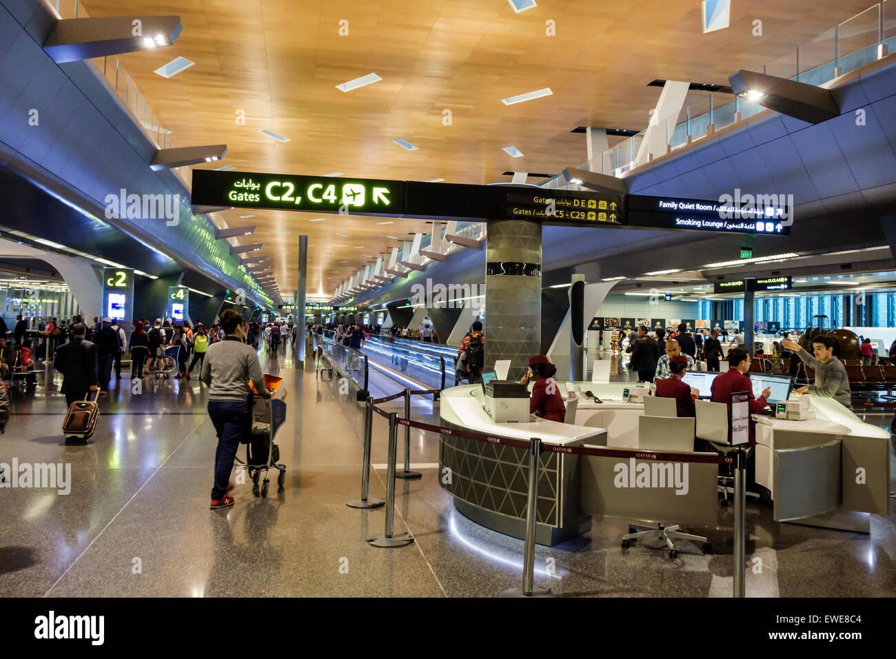 Qatar, Doha, Moyen-Orient, est, aéroport international de Hamad, DOH, terminal, hall, zone d'embarquement, intérieur, service d'assistance, anglais arabe, Banque D'Images