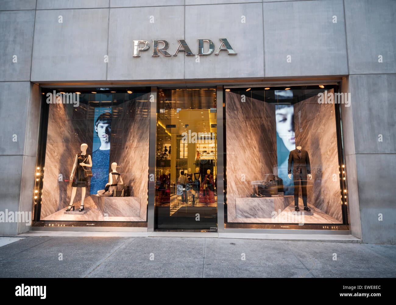 Le magasin Prada sur la cinquième avenue à new york est vu le mardi, 16  juin, 2015. Les produits de luxe comme parada, Louis Vuitton et Gucci  voient un ... a125dfbc080
