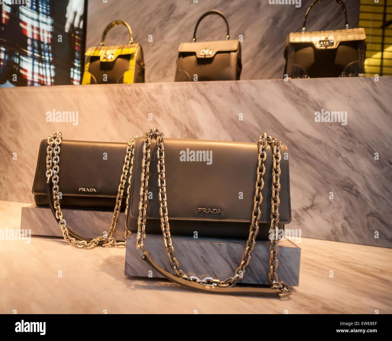 Sacs à main en cuir dans la fenêtre d un magasin Prada à New York le mardi,  Juin 16, 2015. Les produits de luxe comme Parada, Louis Vuitton et Gucci  voient ... 4a2b4982615