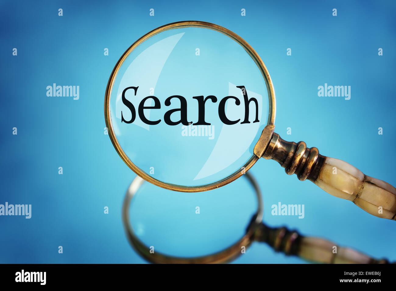 Loupe l'accent sur la recherche de mots Photo Stock