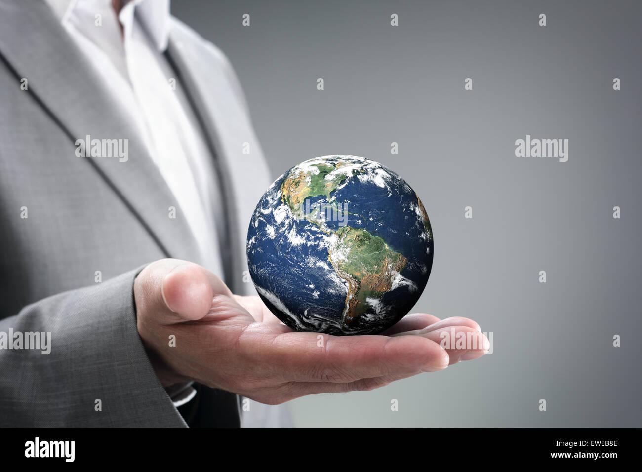 Businessman holding le monde dans ses mains Photo Stock
