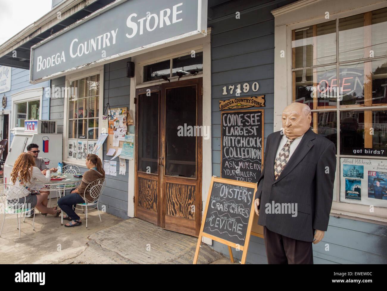 Un mannequin du réalisateur Alfred Hitchcock et manger le déjeuner en face de Bodega Country Store, Sonoma County, Californie Banque D'Images