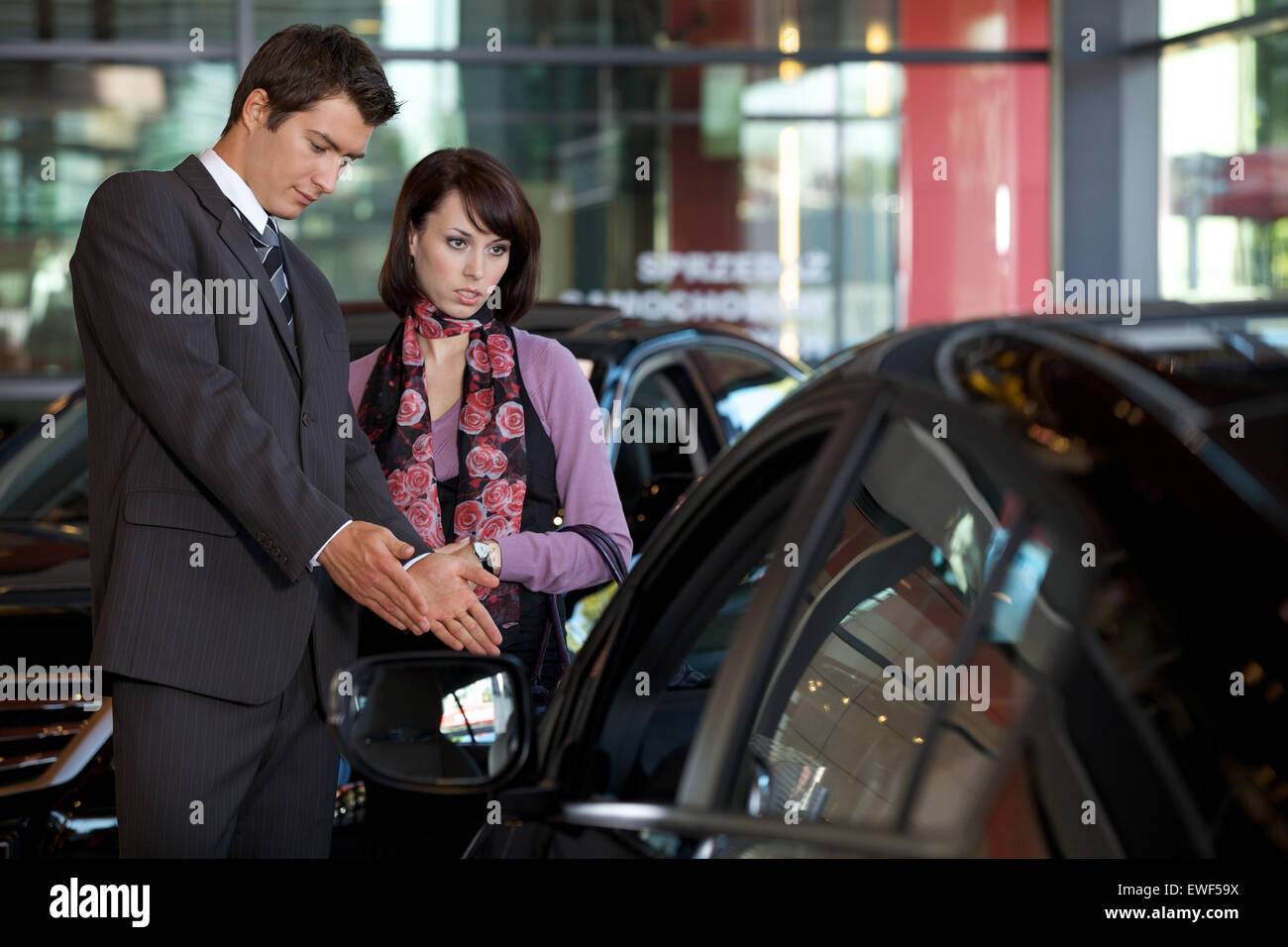 Vendeur de voiture voiture expliquant au client fonctionnalités Banque D'Images