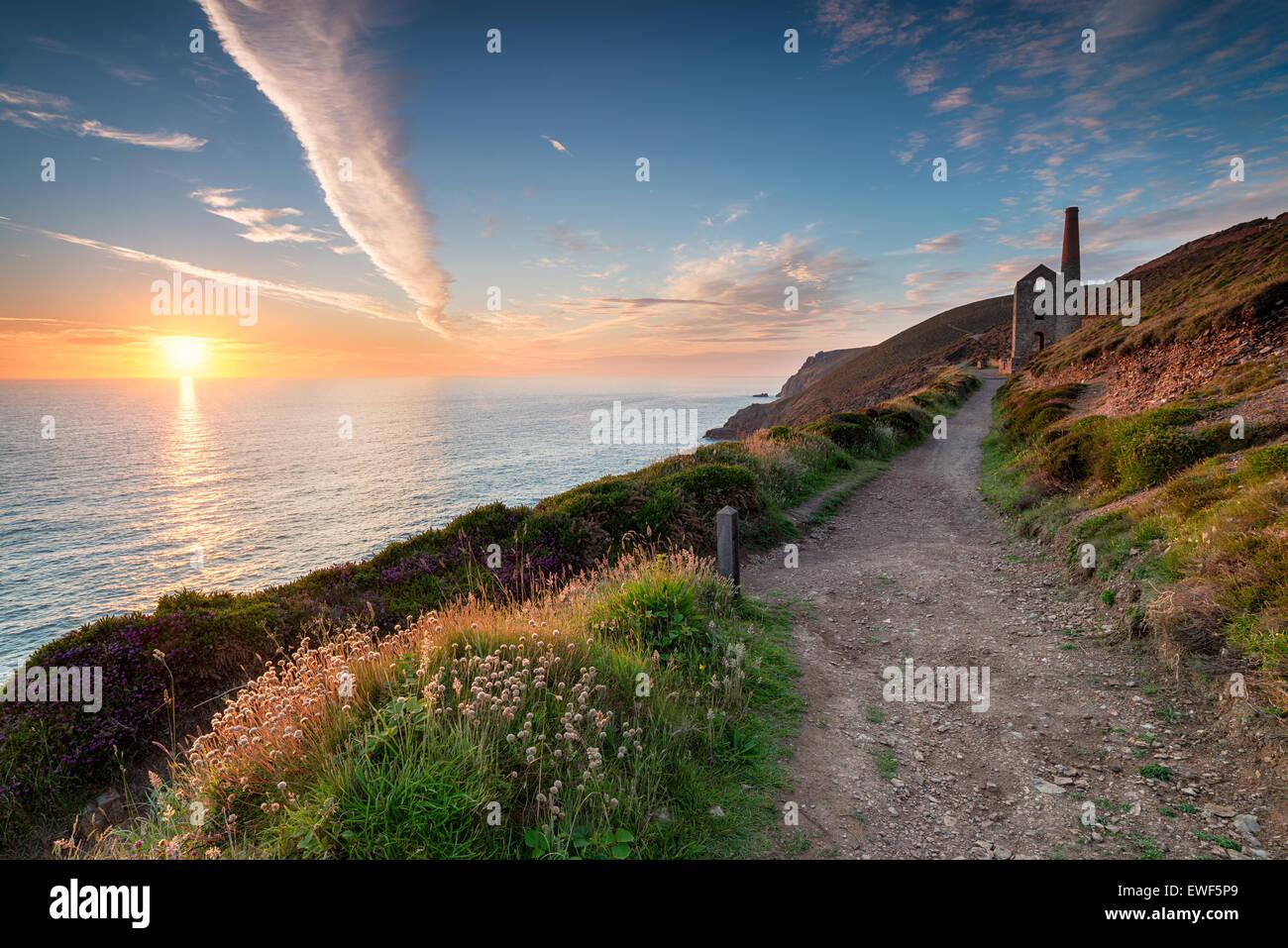 Coucher de soleil depuis le South West Coast Path comme il passe le Towanroath engine house et mène à Photo Stock