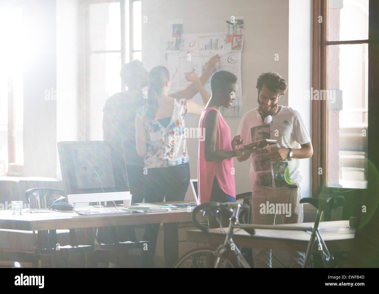 Les gens d'affaires et de remue-méninges créatif working in office Photo Stock
