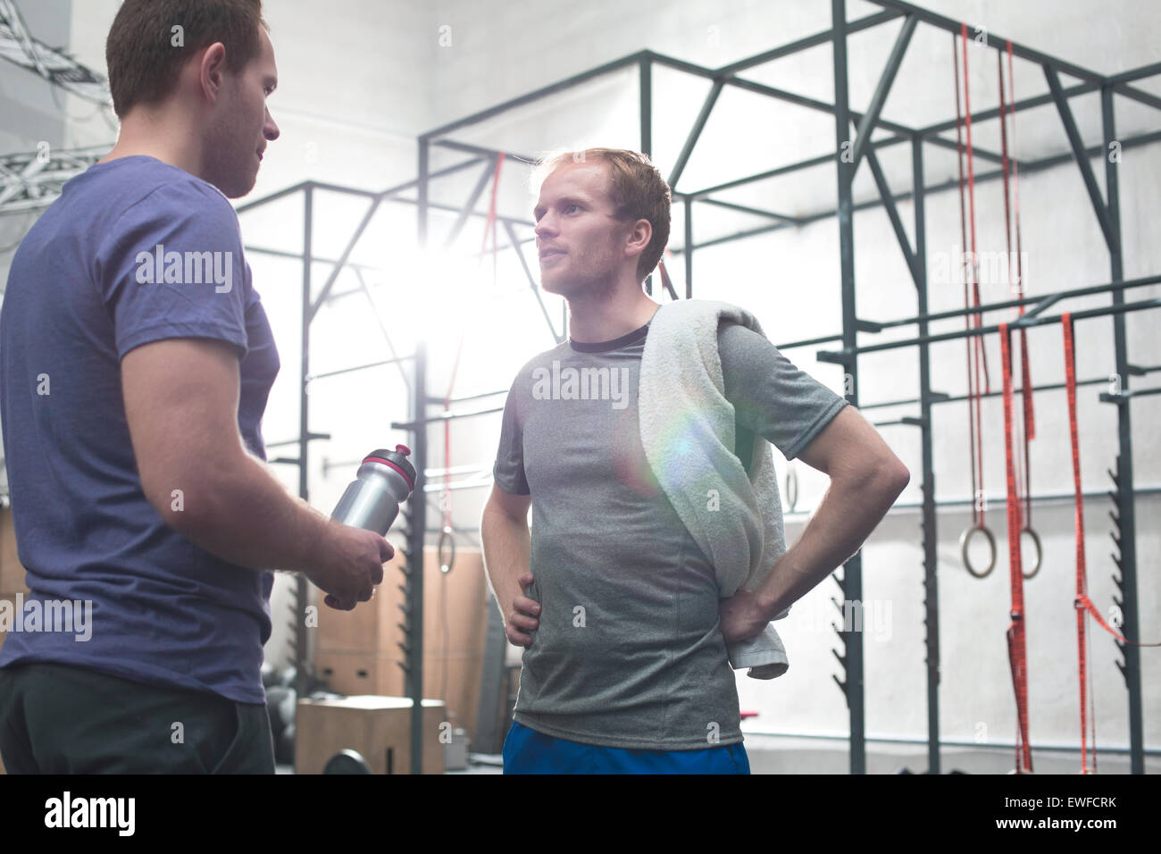 En parlant d'amis masculins gym crossfit Photo Stock