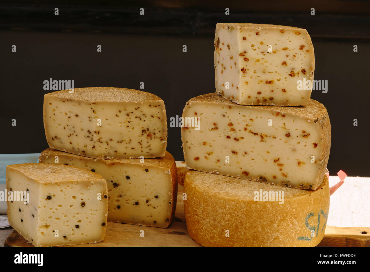 Vente de fromages letton, Farmer's Market, Bergs Bazaar, Riga Lettonie Photo Stock