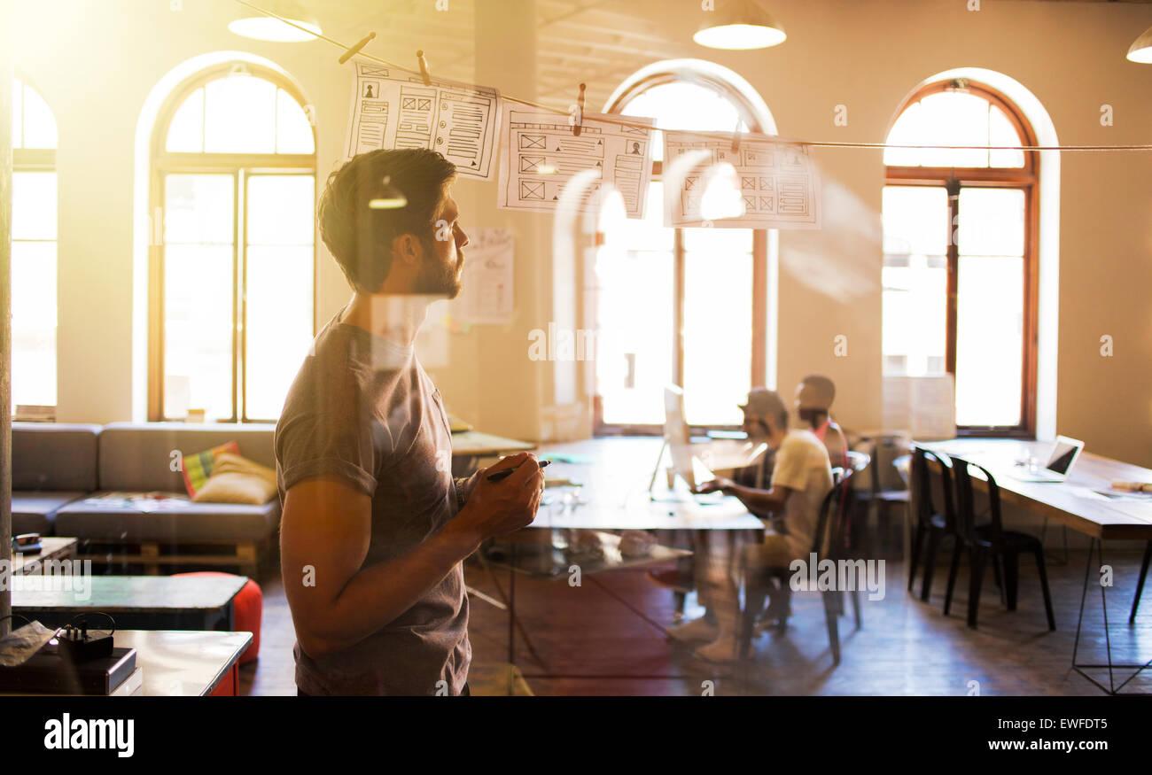 Creative businessman remue-méninges avec les diagrammes de suspension Photo Stock