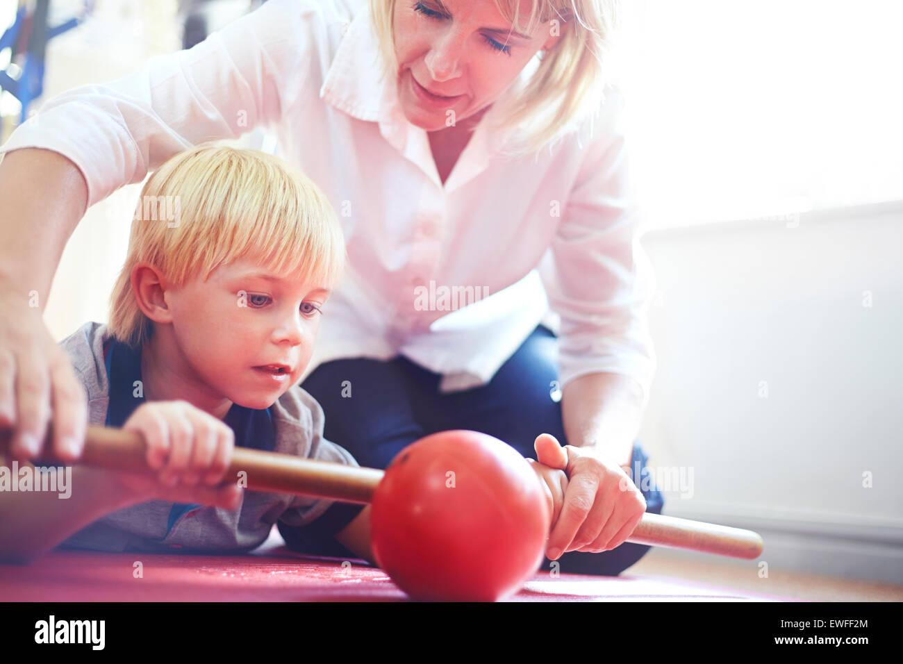Thérapeute physique rolling ball boy directeurs avec stick Photo Stock