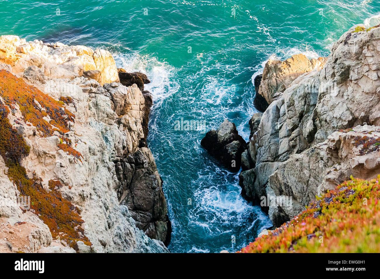 D'entrée de l'océan entre les affleurements rocheux Photo Stock