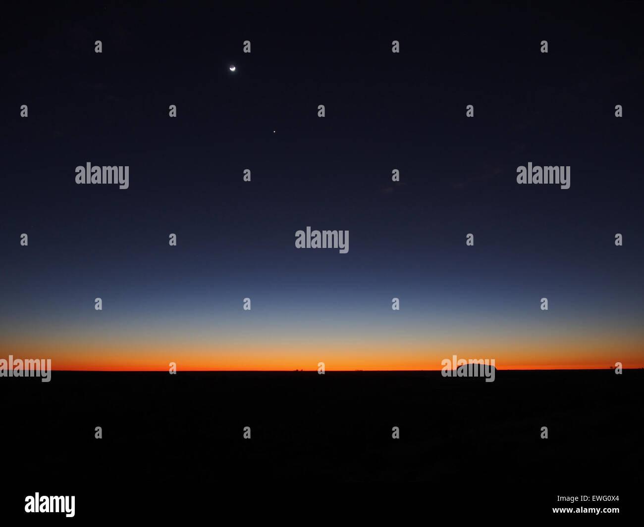 Sur l'horizon au coucher du soleil Photo Stock
