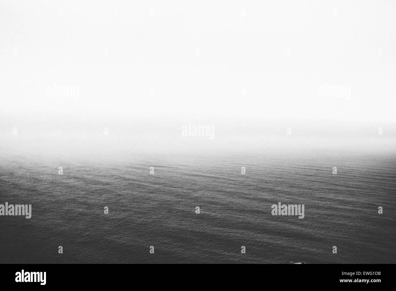Ouvrir l'eau de l'océan l'eau minimaliste monochrome noir et blanc, les vagues de l'océan blanc Banque D'Images