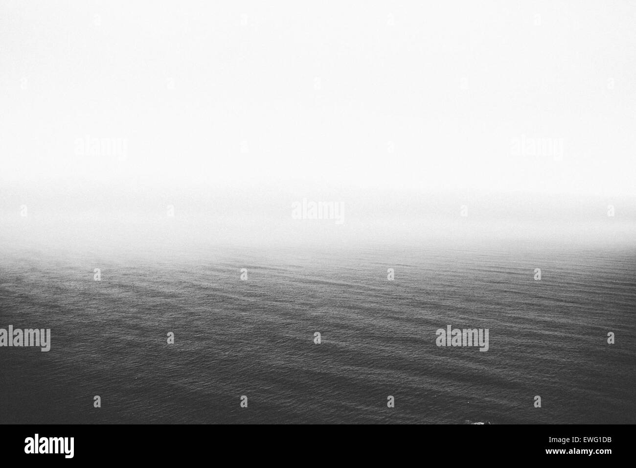 Ouvrir l'eau de l'océan l'eau minimaliste monochrome noir et blanc, les vagues de l'océan Photo Stock