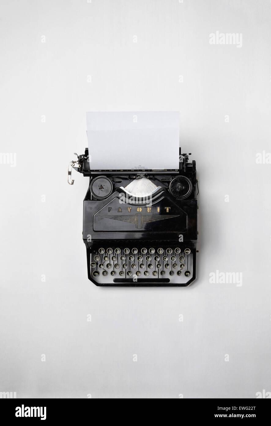 Vintage Typewriter sur fond blanc antique clavier journalisme encore Papier machine à écrire la vie Fond Photo Stock