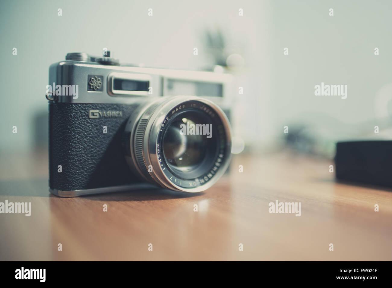 Appareil photo Yashica avec lentille à l'intérieur de bureau Équipement photographique photographie Photo Stock