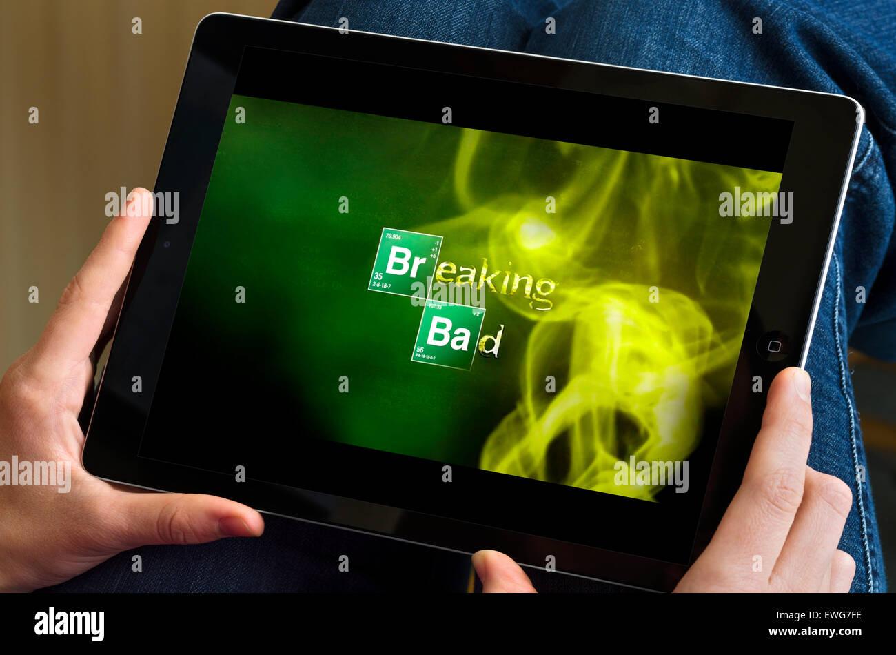 Regarder la série TV 'Breaking Bad' via le streaming en ligne Netflix sur un iPad Air Photo Stock