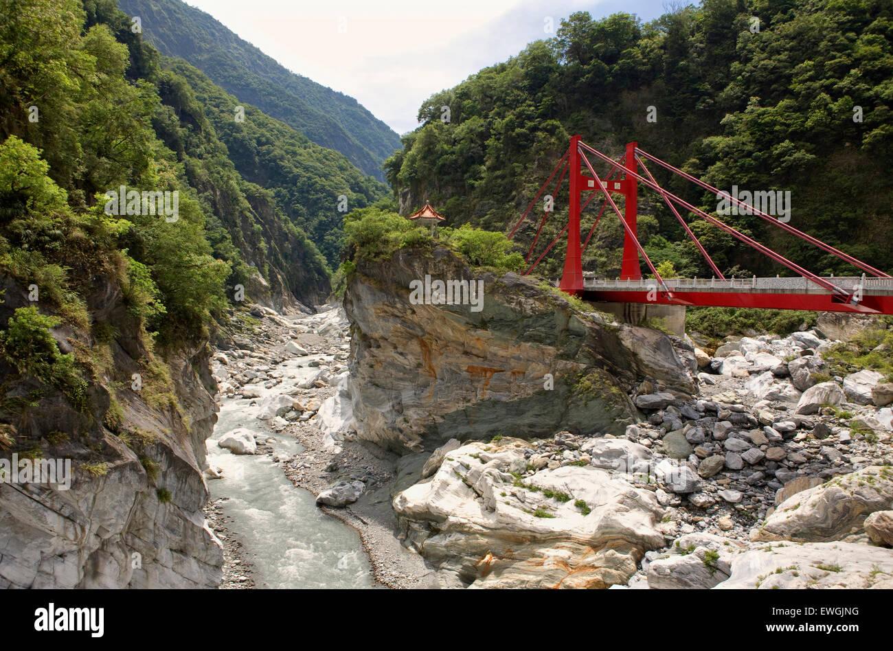 Cihmu pont et une petite pagode à Taroko National Park.Taiwan, Asie.Taroko National Park est l'un des six parcs Banque D'Images