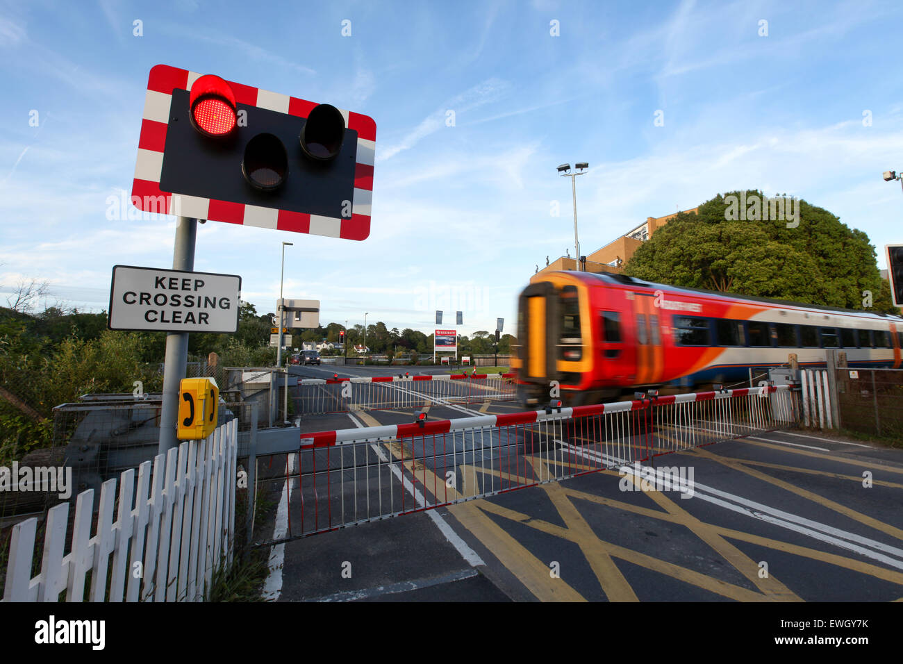Un train dans le sud-ouest de Lymington railroad crossing Banque D'Images
