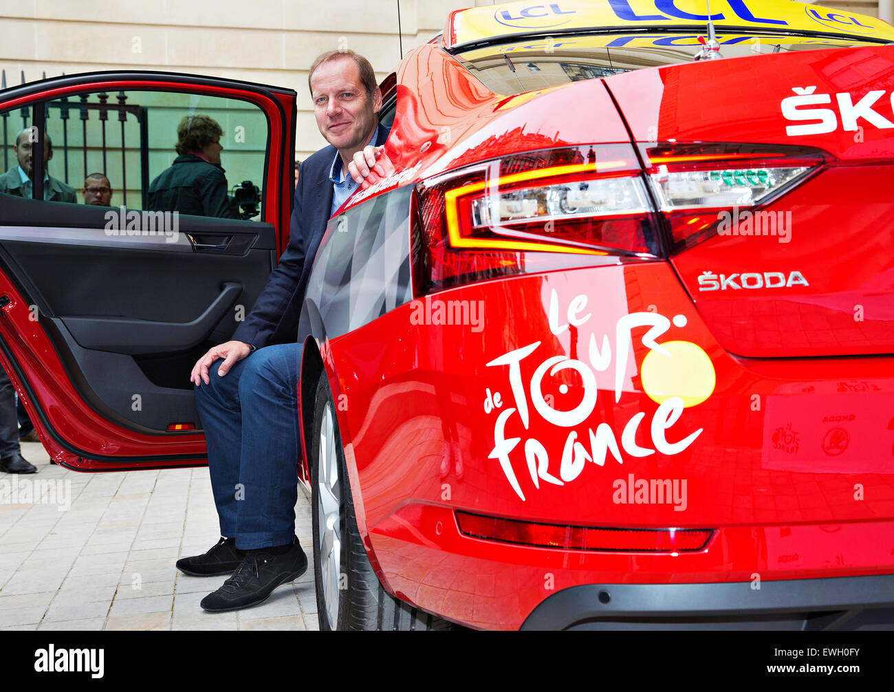 skoda superb tour de france rouge voiture pour directeur tour de france christian prudhomme. Black Bedroom Furniture Sets. Home Design Ideas