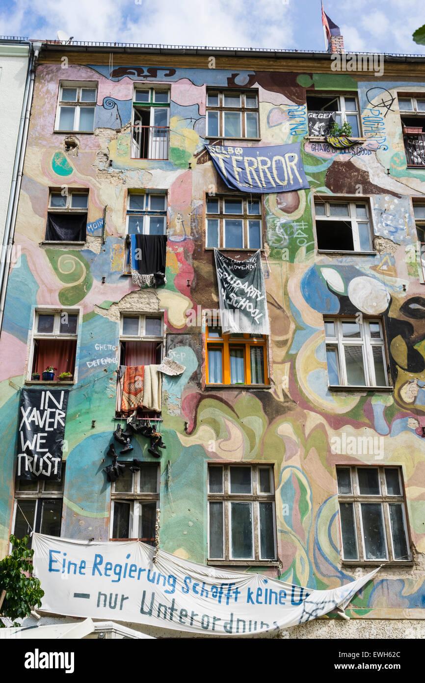 Appartement immeuble bâtiment utilisé comme un squat dans le quartier Friedrichshain de Berlin, Allemagne Photo Stock