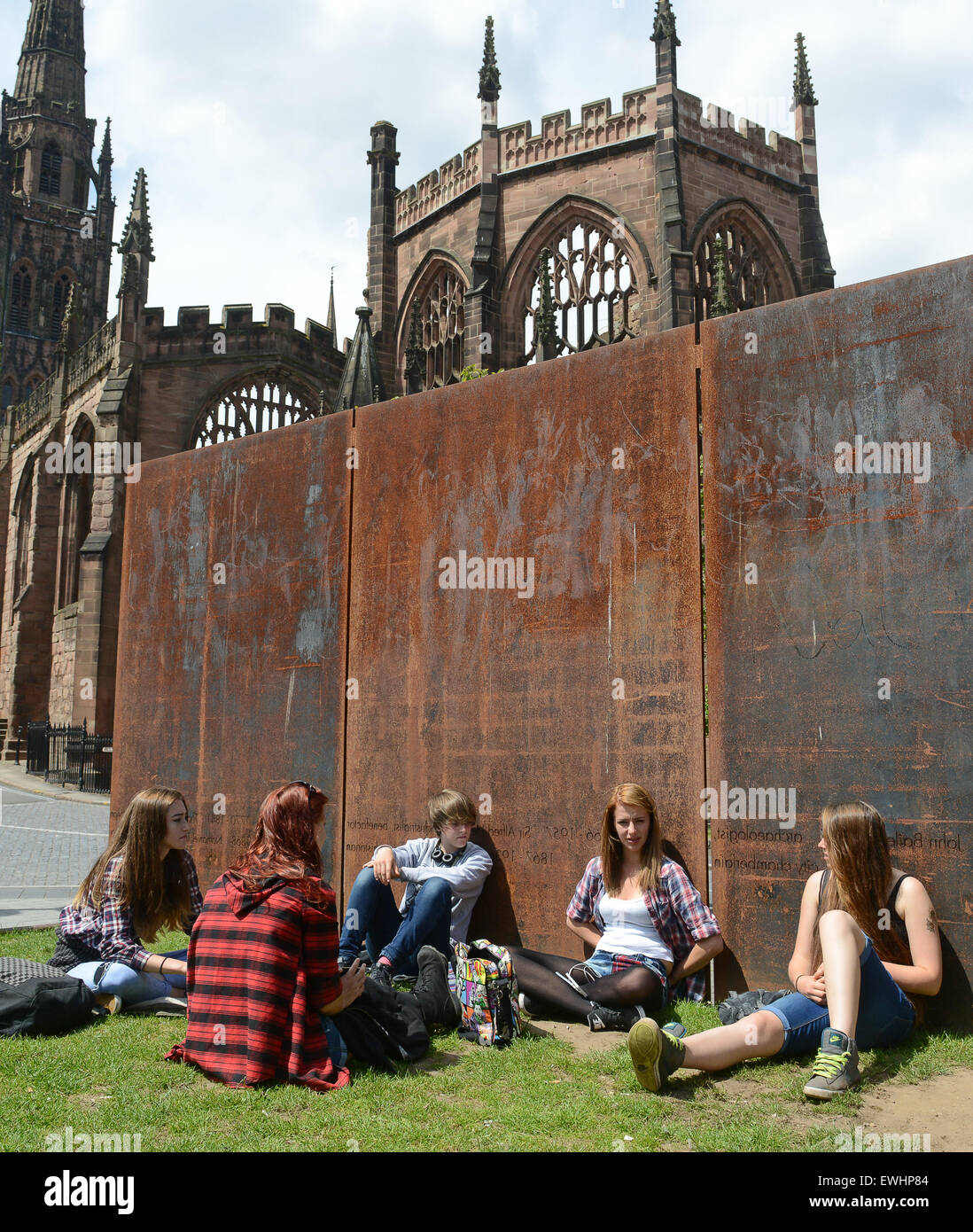 Les jeunes filles adolescentes adolescents jeunes traînant à Coventry, Royaume-Uni 2015 Photo Stock