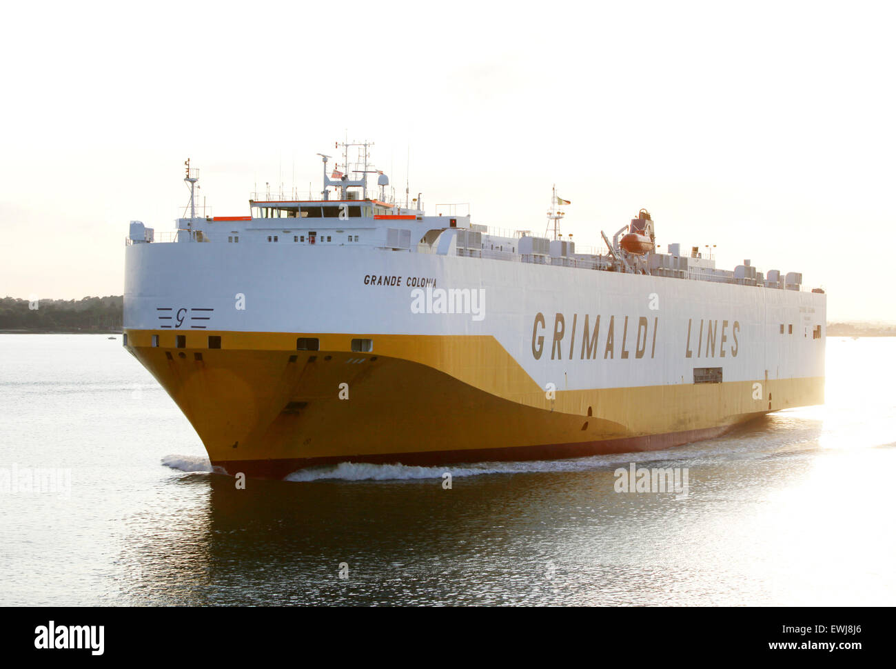 Grimaldi Lines navire transporteur de voiture Grande Colonia photographié quittant Southampton Docks Photo Stock