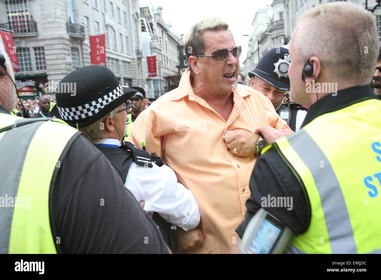 Londres, Royaume-Uni, le 27 juin 2015 - Un homme est pris au sol et menotté brièvement à la suite d'une échauffourée qui a mis au point à l'avant de la marche inLondon. Credit: Finn Nocher/Alamy Live News Banque D'Images