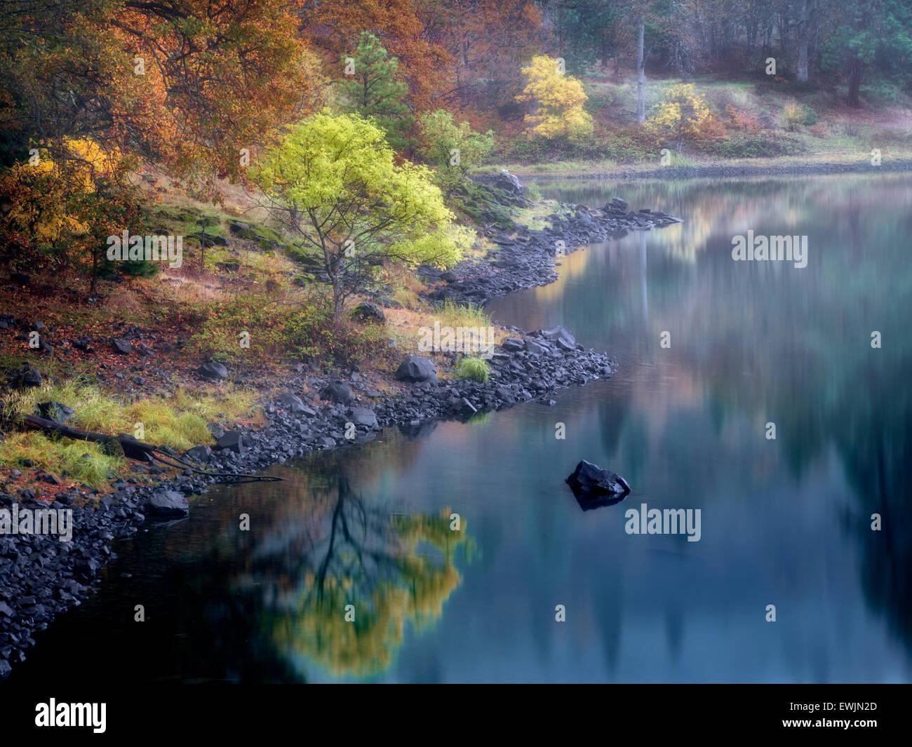 Petit lac et la couleur de l'automne près de la rivière Colubmia. Columbia River National Scenic Area, Photo Stock