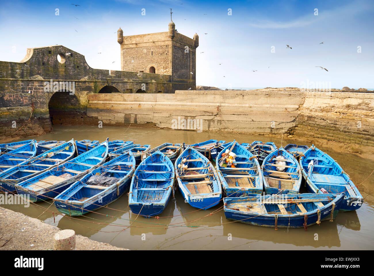 Bateaux de pêche bleu dans le port d'Essaouira, Maroc Photo Stock